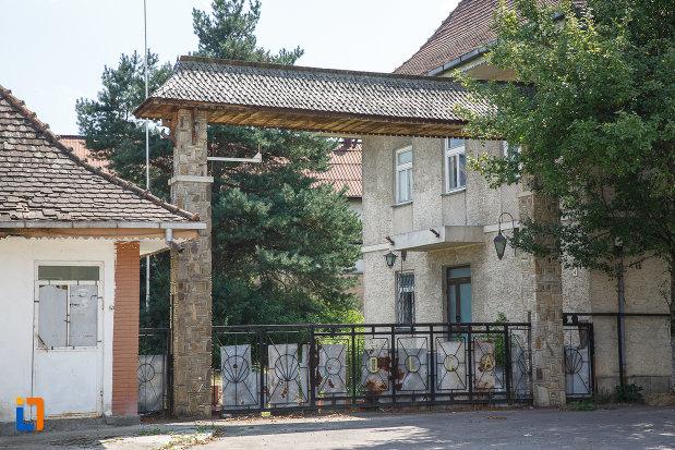poarta-de-la-fabrica-de-bere-1810-din-solca-judetul-suceava